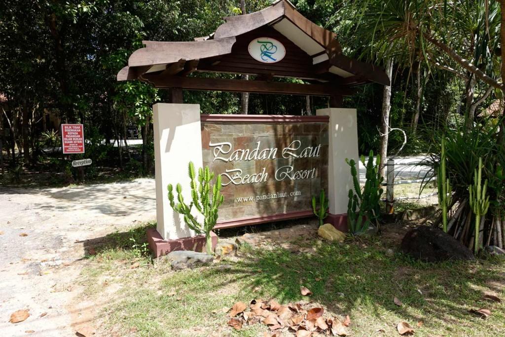 Eingangsschild vom Pandan Laut Beach Resort