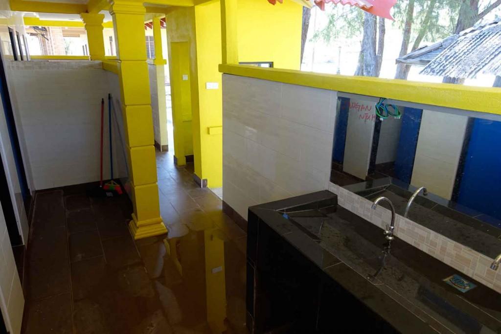 Knallbunte öffentliche Toilette von innen
