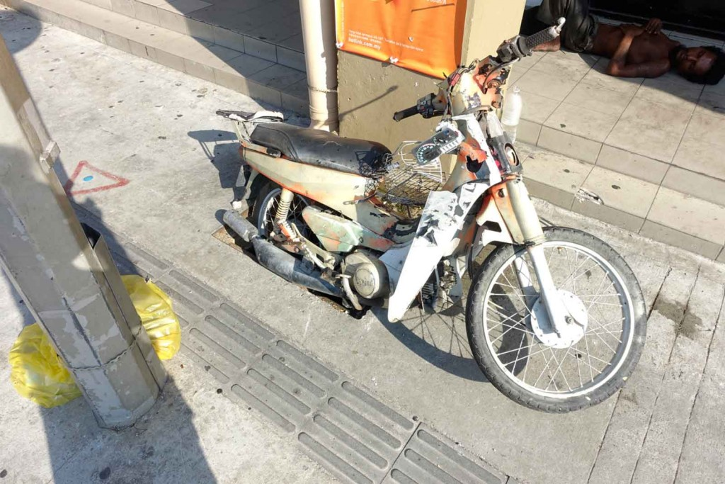 Motorrad und Bettler