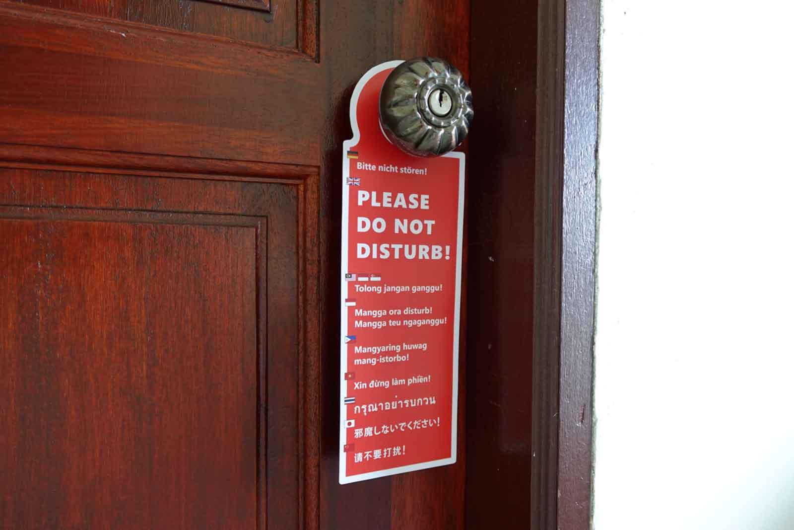 """""""Bitte-nicht-stören""""-Schild an Tür"""