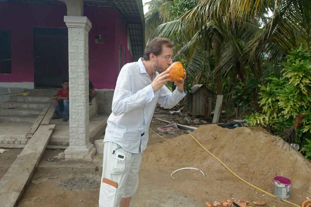 Trinken aus der Kokosnuss
