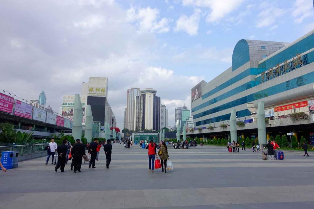 Blick heraus aus dem Bahnhof in Shenzhen