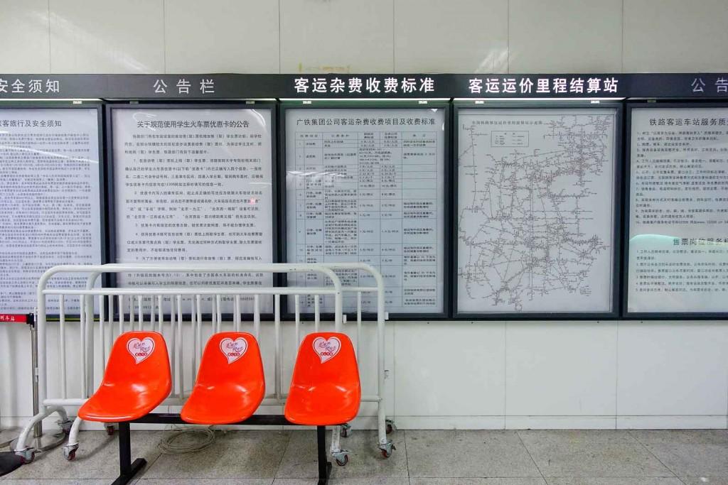 Chinesische Hinweisschilder in der U-Bahn