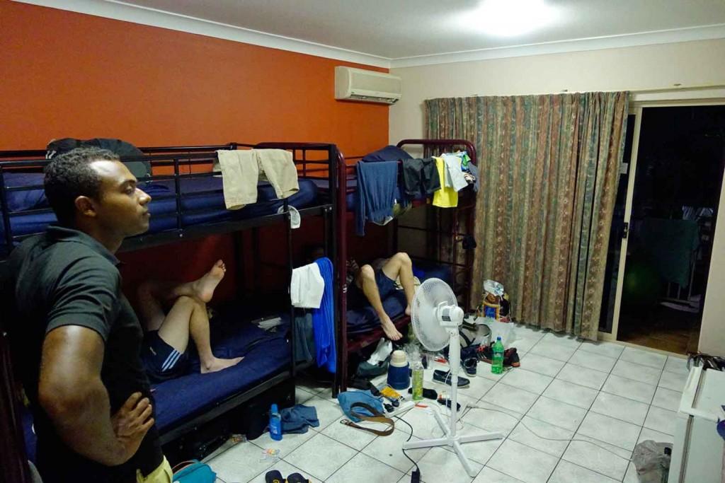 Zwei unflätige Personen belegen das Mehrbettzimmer