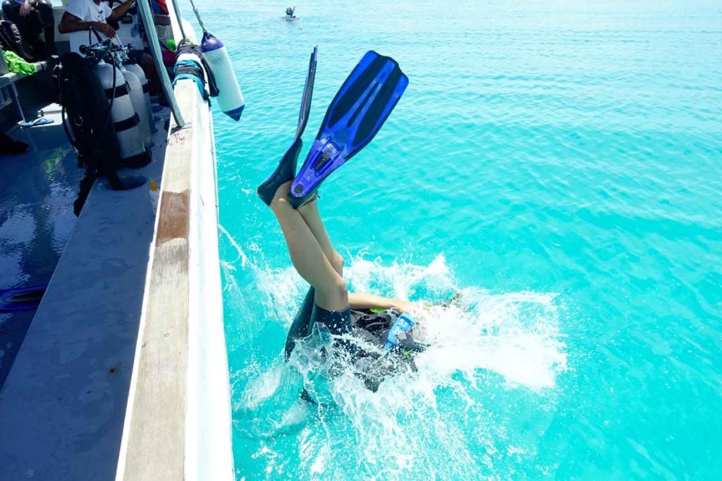 Per back roll ins Wasser