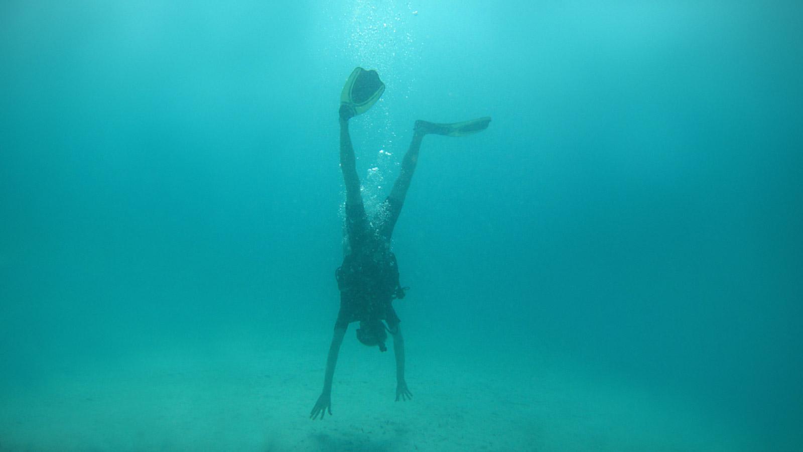 Christian macht Handstand unter Wasser