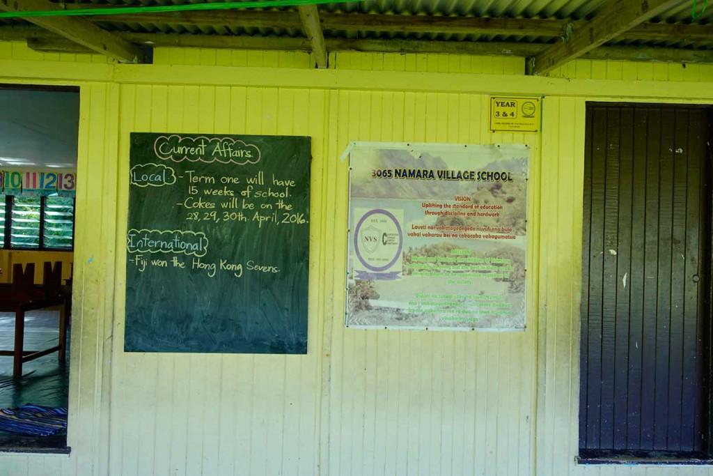 Schlaue Tafel am Schulgebäude