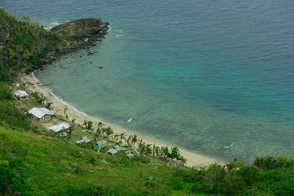 Ausblick auf ein Dörfchen auf Waya Lailai