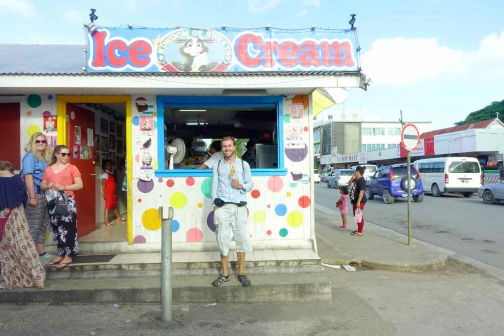 Ich vorm Eis-Creme-Stand auf Tonga